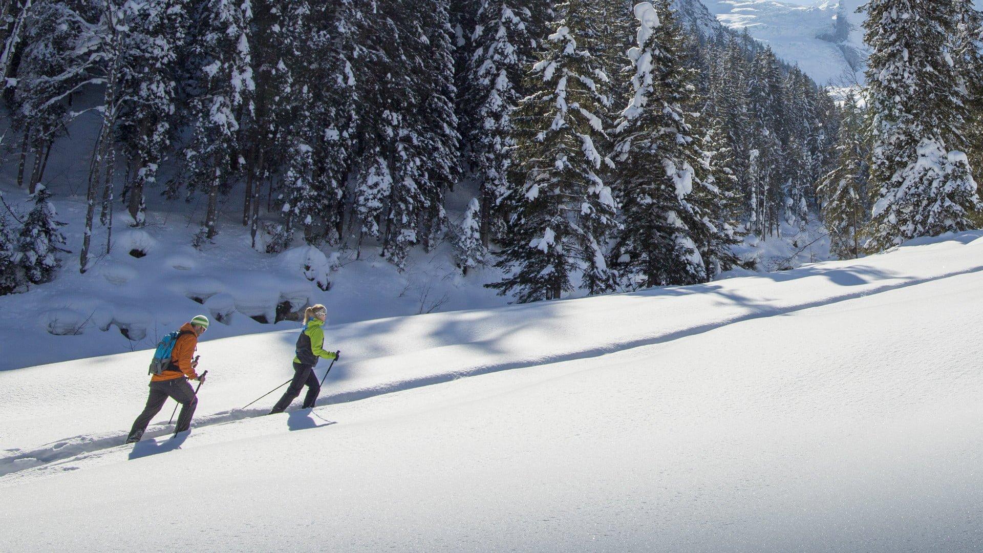 Unterwegs mit den Schneeschuhen durch die verschneite Winterlandschaft.